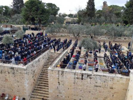 الآلاف يؤدون صلاة الجمعة في 'الأقصى' ومصلى الرحمة