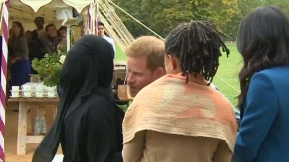 شاهد… الأمير هاري في موقف محرج بعد رد فعل محجبة على قبلته!