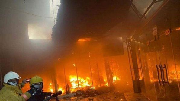 مأساة جديدة في العراق.. حريق ضخم في فندق بمدينة كربلاء
