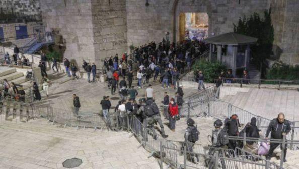 رغم اعلان الاحتلال اغلاقه.. مئات المقدسيين يؤدون التراويح في باب العامود