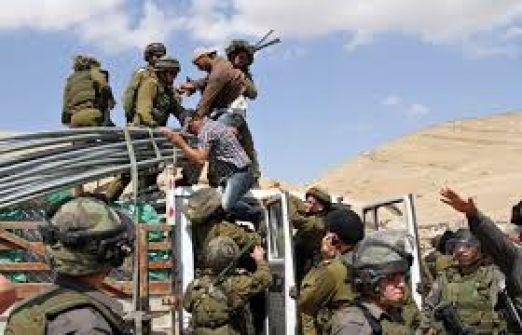الاحتلال يقتحم شرق يطا ويقتلع نوافذ وأبواب منازل الصفيح