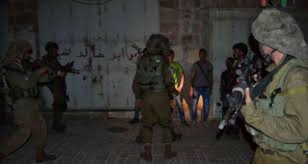 قوات الاحتلال تعتقل (21) مواطناً من الضفة بينهم فتية