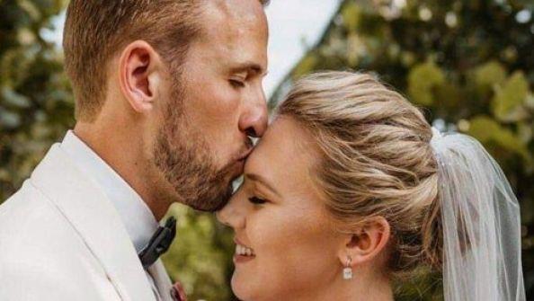 هاري كين يدخل 'القفص الذهبي' ويتزوج صديقة الطفولة