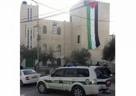 الاحتلال يقتحم 'العيسوية' ويزيل صورة الشهيد 'بارود'