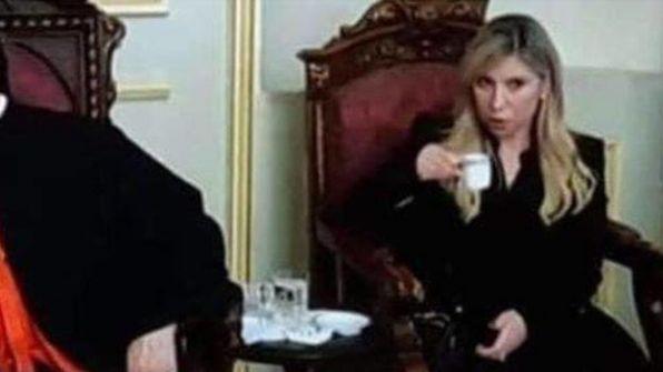 نائبة لبنانية سنية تحتسي القهوة بنهار رمضان