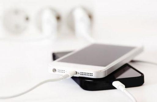 لماذا ينبغي ألّا تشحن هاتفك بالليل؟