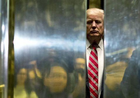 قرار من ترامب يرفع الذهب ويهوي بالنفط