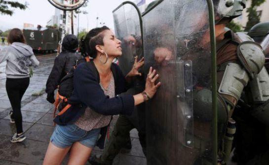 حظر تجول في عاصمة تشيلي بسبب الاحتجاجات