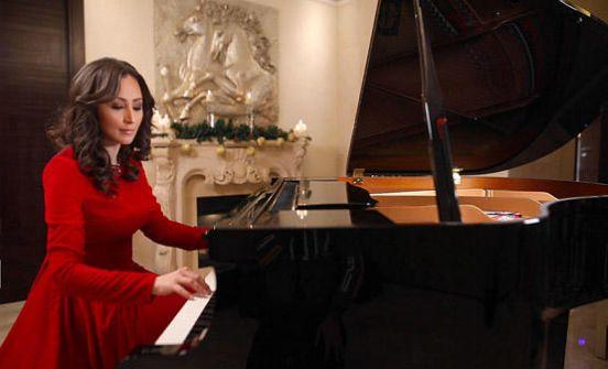 ممثلة اوكرانية تنتج اغنية أردنية لعيد الميلاد -فيديو