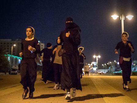 توقيف سعودي صور وأهان نساء يمارسن الرياضة