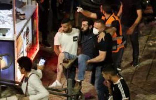 اصابة أب وأطفاله الأربعة بقنابل الاحتلال قرب باب العامود بالقدس