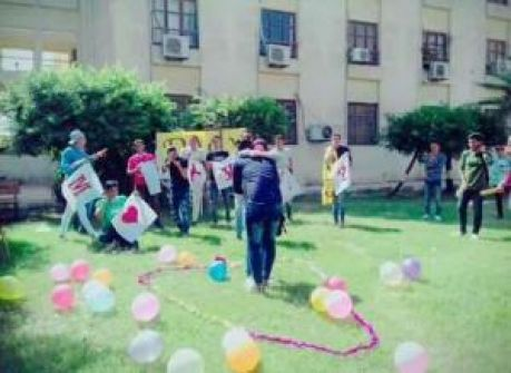 عانقا بعضهما أمام زملائهما.. بالفيديو خطوبة في جامعة مصرية.. والعروسان إلى التحقيق