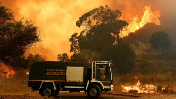 صدمة في إيطاليا.. إطفائي متطوع يشعل الغابات لكسب المال