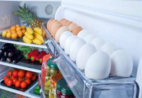 خبير يحذر من حفظ البيض في باب الثلاجة