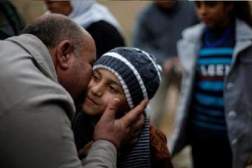 قصة مؤثرة- طفل يعود لعائلته بعد أن باعه 'داعش' لغرباء