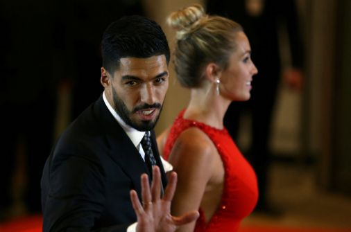 بالفيديو والصور:مخمور يستغل تواجد سواريز في زواج ميسي ويخرب تمثاله