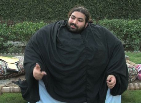 بالفيديو.. رجل يزن 440 كلغ يأكل 4 دجاجات و36 بيضة يوميا