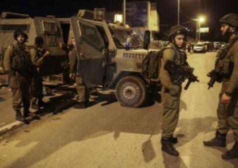 قوات الاحتلال تعتقل مواطن وزوجته ونجله في الخليل