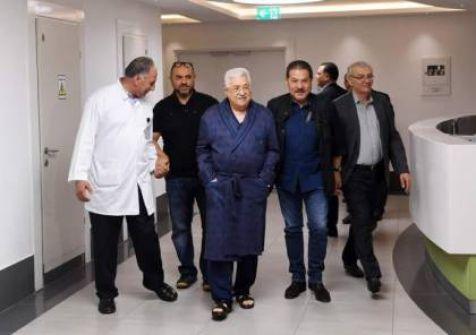 فيديو : تلفزيون فلسطين يبث مقطعا مصورا للرئيس عباس وهو يتجول في المستشفى