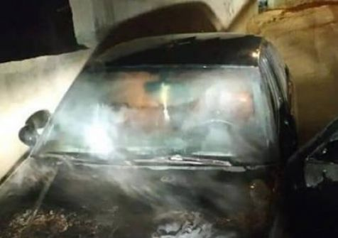 مستوطنون يحرقون مركبات المواطنين في ٣ هجمات متزامنة ويخطون شعارات عنصرية بنابلس