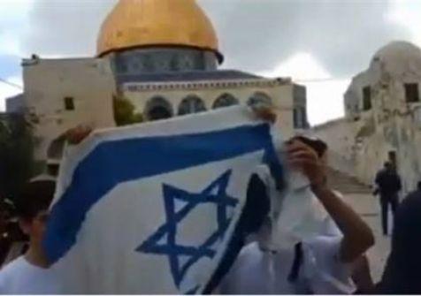 شاهد: رفع علم اسرائيل داخل المسجد الاقصى و مواجهات عنيفة مع الفلسطينيين
