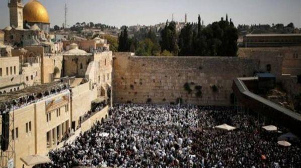 آلاف المستوطنين يقتحمون باحة البراق لأداء طقوس تلمودية