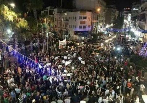 مئات الفلسطينيين يتظاهرون في رام الله مطالبين السلطة برفع العقوبات عن غزة