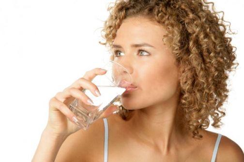 هذا ما يحدث لجسمكَ عند شرب 8 أكواب من الماء يومياً